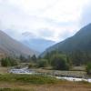 Flusscamp im Schutz der Bergflanke