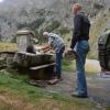 Wasser bunkern am klaren Gebirgsbrunnen