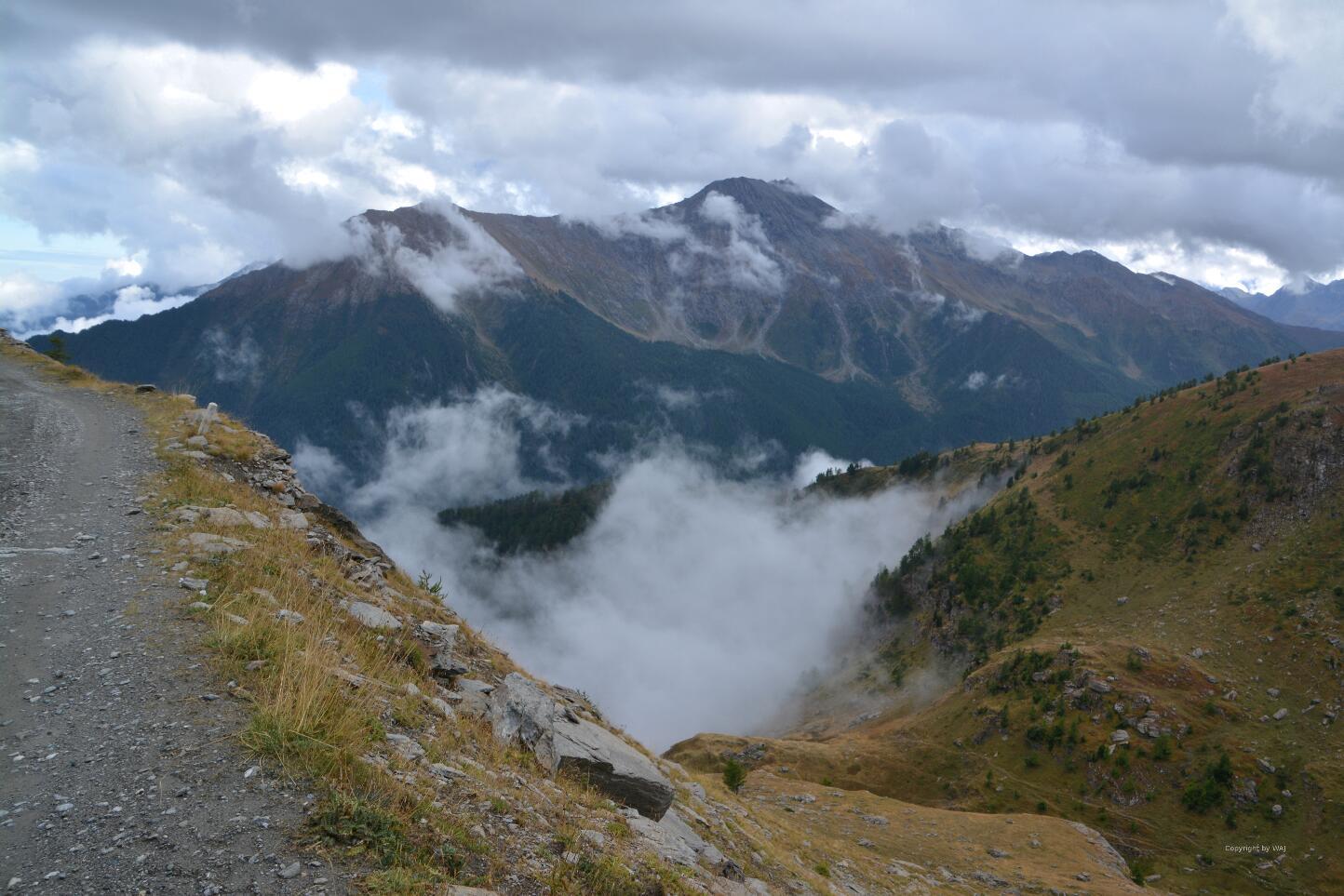 Wolken steigen aus dem Tal