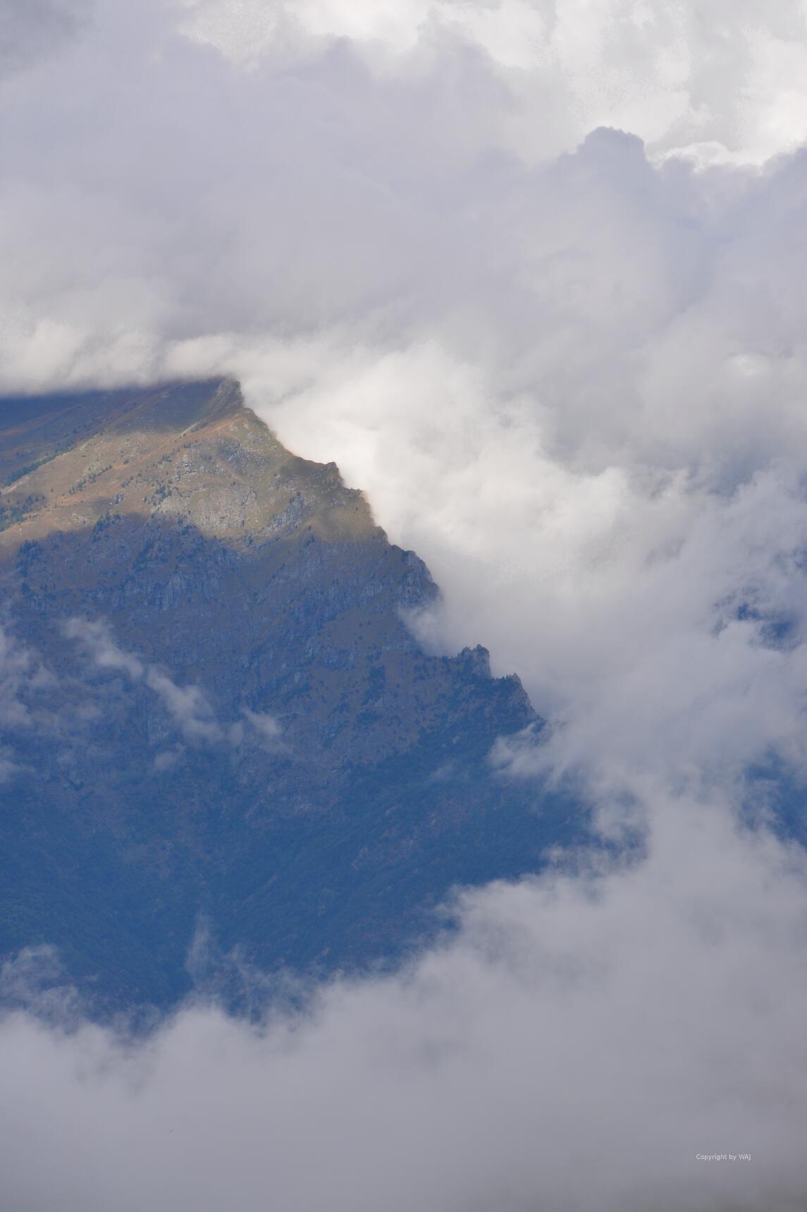 Der Grat leitet die Wolken um.