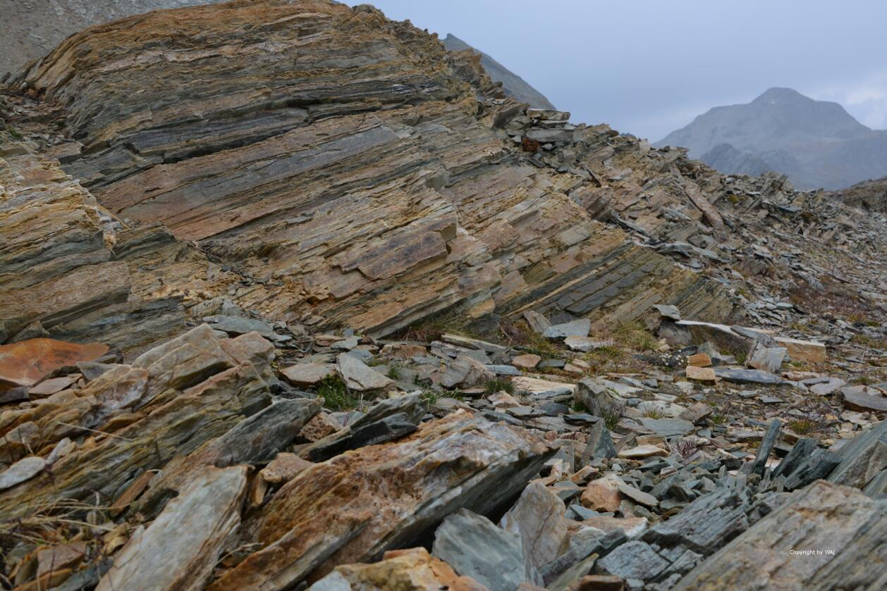 Gesteinsschichten im Fels