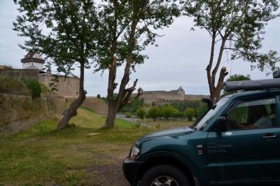 Die Narva trennt die estnische Hermannsfestung und die russische Burg Iwangorod.