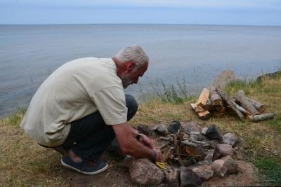 Wir machen Lagerfeuer am Strand.