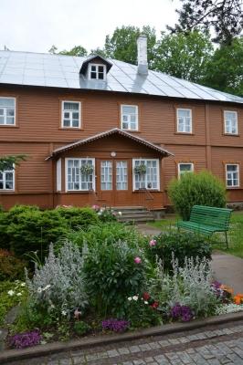 eines der hölzernen Wohnhäuser der Nonnen