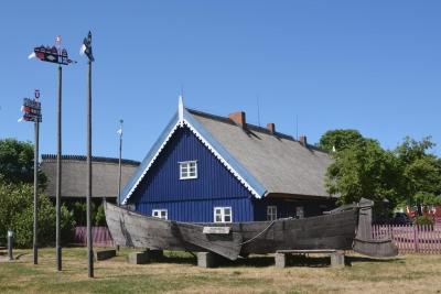Museumshaus mit Kurenkahn und Kurenwimpeln