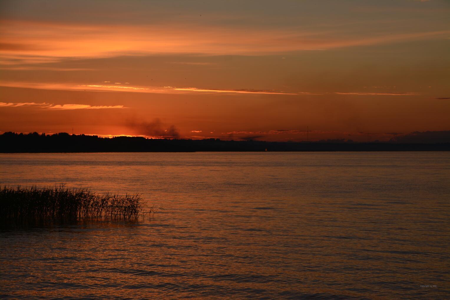 ... flackern am See die Mittsommernachtsfeuer auf.