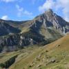 Der einsame Alpenhof kuschelt sich zwischen die Berge...