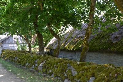 Uralte Trockenmauern umfrieden das Museum