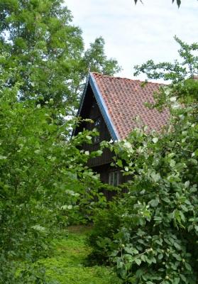 Traditionelles Holzhaus im Obstgarten