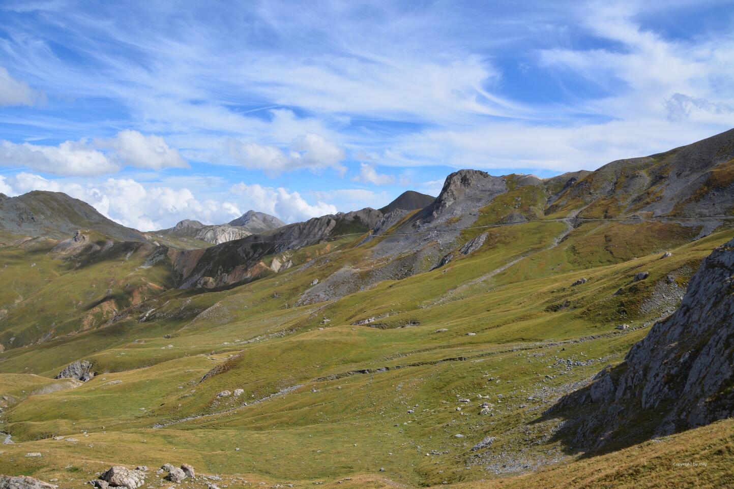 Entlang der Bergflanken um den weiten Talkessel.