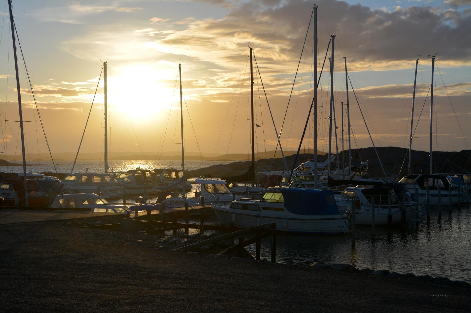 Goldenes Abendlicht über der Marina