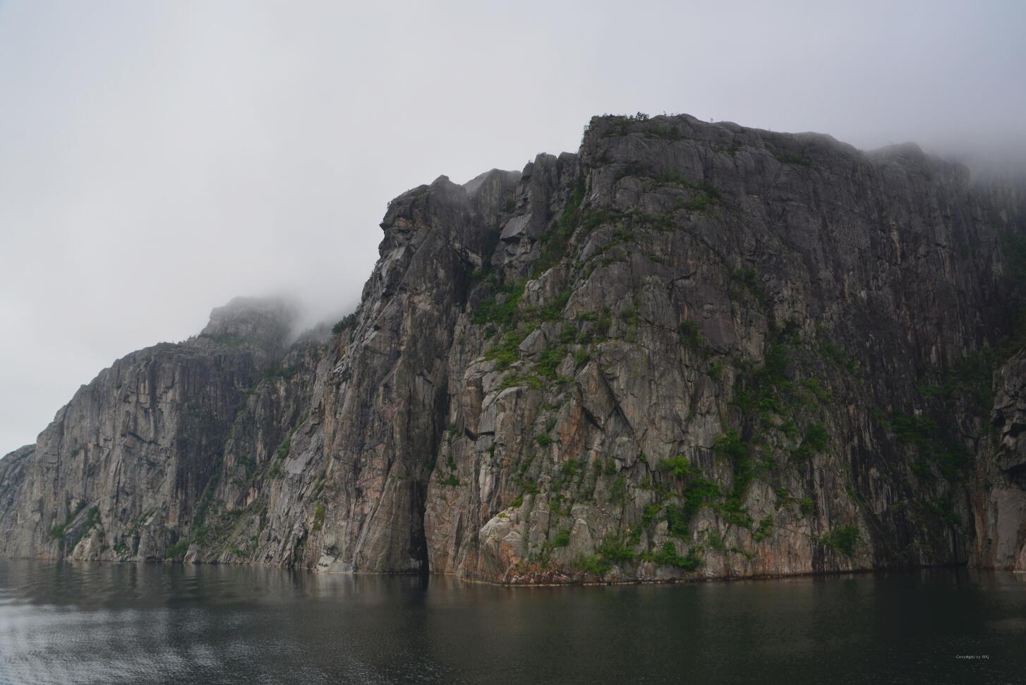 Schnell werden die Felswände steiler.