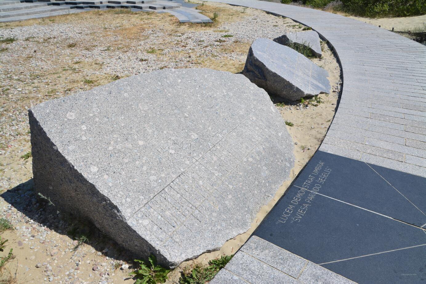 Bruchstücke des im Orkan 1999 zerstörten ersten Obelisken