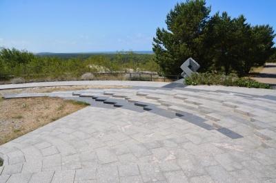 Vier Skulpturen am Rand markieren Tag- und Nachtgleichen und Sonnenwenden.