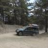 Staubpiste im ausgedörrten Bergwald