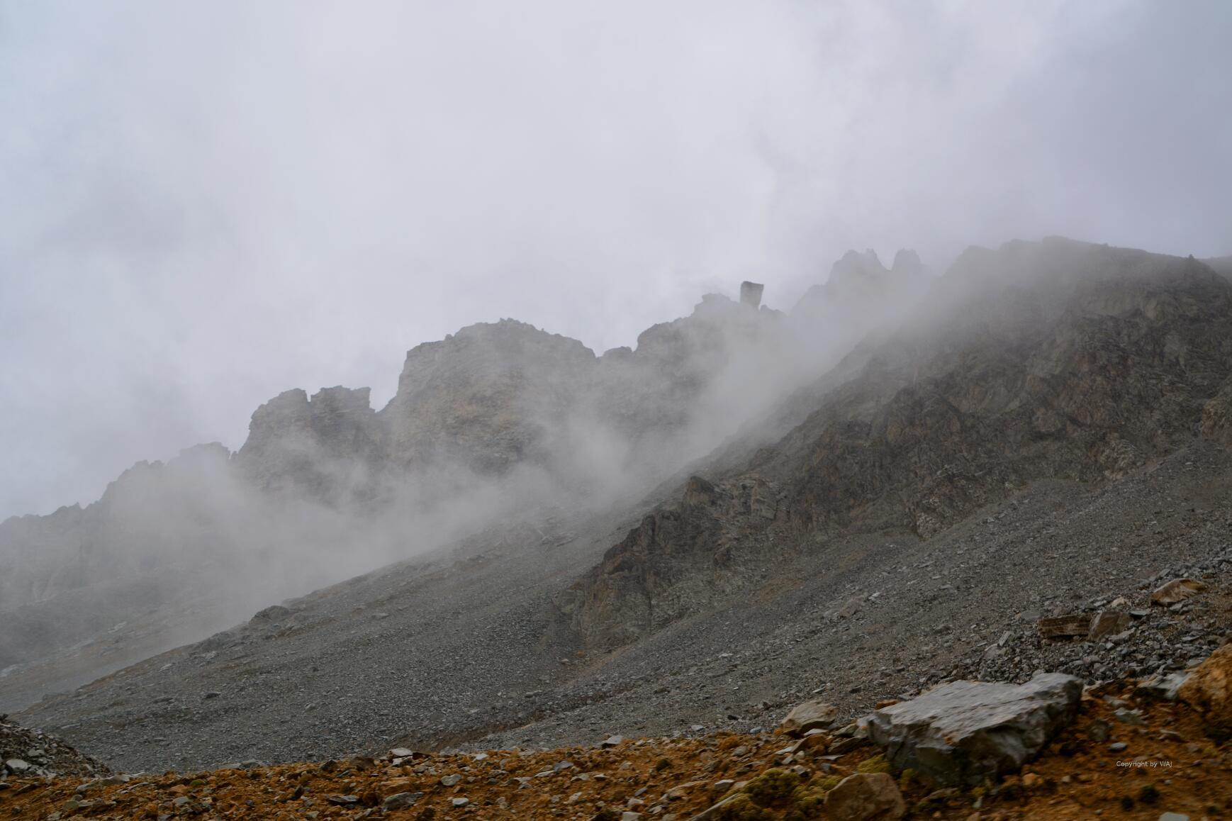 Wolkenschleier ziehen über die Hänge